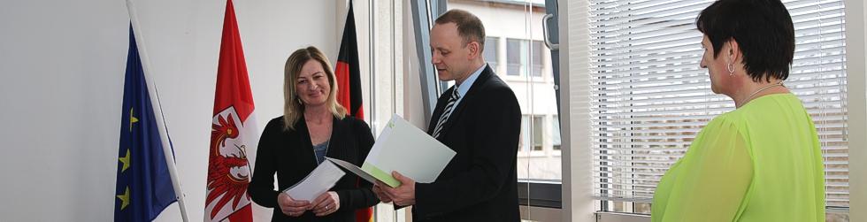 Sozialdezernent Matthias Rink bei einer Einbürgerung.