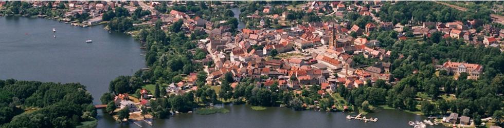 Das Luftbild von Fürstenberg verdeutlicht den Namen Wasserstadt