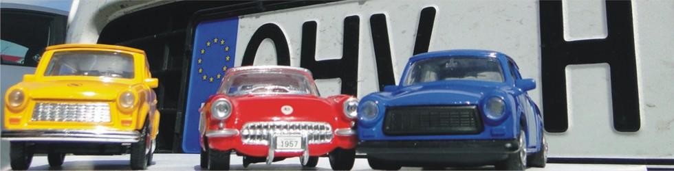 Miniaturautos vor einem Oberhavel-Nummernschild