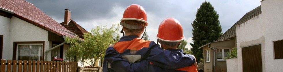 Zwei junge Feuerwehrkameraden